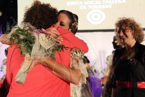 Beatriz rep l'abraç emotiu de la seua mare